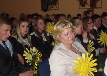 Anykščių A. Baranausko pagrindinės mokyklos dešimtokai išlydėti be graudžių žodžių apie linguojančius beržus ir išskrendančius paukščius.