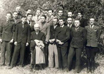 A. Vienuolis su savo auklėtiniais Anykščių gimnazijos abiturientais 1945-ųjų gegužę. Aukštaūgis Antanas Daugėla stovi galinėje eilėje trečias iš dešinės. A. Baranausko ir A. Vienuolio-Žukausko memorialinio muziejaus fondų nuotrauka.
