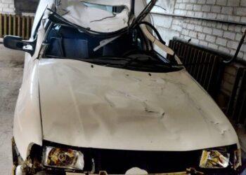 Sumaitotas automobilis po avarijos parvežtas į Anykščius.Jono Junevičiaus nuotr.