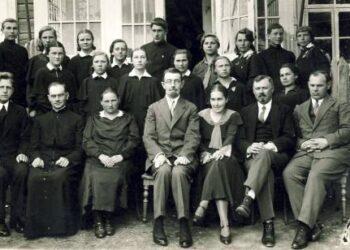 Anykščių vidurinės mokyklos direktorius rašytojas Matas Grigonis (sėdi centre) 1931 m. pavasarį su mokytojais ir abiturientais prie pagrindinio mokyklos pastato. A. Baranausko ir A. Vienuolio-Žukausko memorialinio muziejaus fondų nuotrauka.