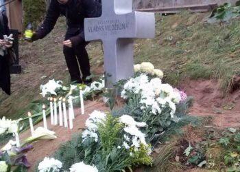 Skulptoriaus Vlado Vildžiūno kapas, prieš metus supiltas Vilniaus Jeruzalės kapinių šlaite. Tomo Ladigos nuotrauka.