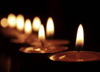 Vėlinių puotas kapuose Lietuvoje pakeitė vėlinių žvakės.Nuotr. iš interneto.