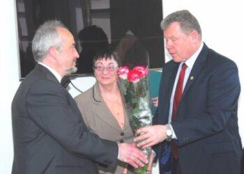 Meras Kęstutis Tubis sveikina naująjį savivaldybės administracijos direktorės pavaduotoją, buvusį Andrioniškio seniūną Saulių Rasalą. Jono JUNEVIČIAUS nuotr.