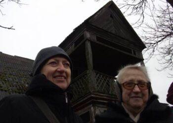 Prie šimtmetį statytas, bet pačiu stilingiausiu kaime palikęs Žvirblių - Bražiūnų namas, prie kurio nusifotografavo jubiliatė A. Jurkevičienė su dukra Audrone.