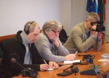 """Vienas iš UAB """"Atvirai"""" bendrasavininkių Aidas Gurskus (kairėje) radijo stotyje """"Nykščiai"""" dirba nuo jos įkūrimo, kai teko vykdyti partijos """"Tvarka ir teisingumas"""" atstovo Vytauto Galvono nurodymus.                           Roberto ALEKSIEJŪNO nuotr."""