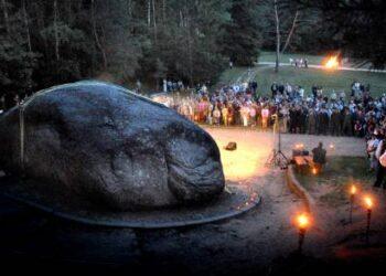 Puntuko akmenį išgarsino ant jo pietinio šono iškalti legendinių lakūnų Stepono Dariaus ir Stasio Girėno bareljefai. Prie paminklo liepos viduryje čia kasmet vyksta lakūnų atminties šventės.Jono Junevičiaus nuotr.