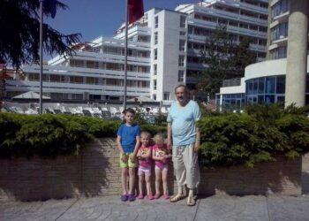 Romaldas Gižinskas su anūkais Varnoje
