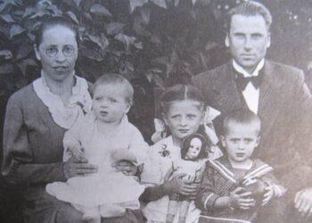 Mokytojų Zofijos ir Jono Mačeikų šeima apie 1939 m. Anykščiuose.