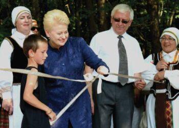 Atidarant Lajų taką, Anykščių regioninio parko direktorius Kęstutis Šerepka simbolinę juostę kirpo kartu su šalies Prezidente Dalia Grybauskaite. Jono JUNEVIČIAUS nuotr.