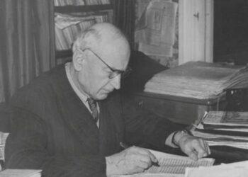 Antanas Vienuolis prie rašomojo stalo. 1957 m. sausio 1 d.A. Ragaišio nuotrauka.