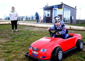 Automobiliukus išbandė Anykščių krašto svečiai iš Kauno. Autoriaus nuotr.