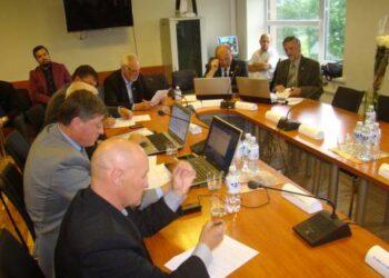 Rajono Tarybos narys Algirdas Ananka (pirmas kairėje) mieste norėtų matyti daugiau lauko treniruoklių.