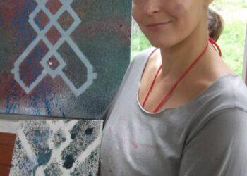 Brigita Bublytė prie šių metų rugsėjyje tapytų, vandenynų erdves ir Narbučių ramybę simbolizuojančių paveikslų.