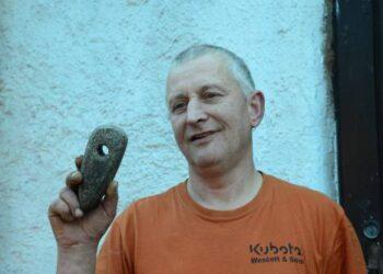 Navynos kaimo gyventojo Aidas Pranckevičiaus rankose - akmeninis kirvukas, liudijantis žmones čia gyvenus dar akmens amžiuje.