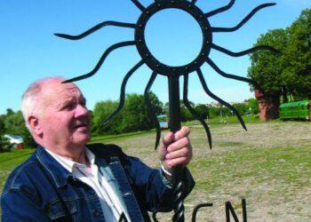 Pripažintas meninės kalvystės meistras, tautodailininkas Bronius Budreika  nukalė puikiausią saulutę paminklui prie Aknystų globos namų.