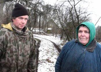 Žiemos pavakare Dembuvkos kaimo gyventojus Danutę Saliamonienę ir Saulių Šerėną sutikau lauke.