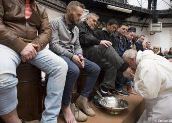 Popiežius Pranciškus, pradėdamas Velykų iškilmes, Didįjį ketvirtadienį aukojo mišias viename Romos kalėjimų ir mazgojo kojas dvylikai kalinių.EPA-ELTA nuotr.