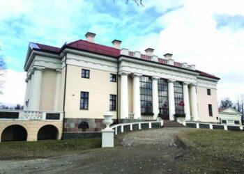 Centrinis Pakruojo dvaro, kuris yra didžiausias dvaras Lietuvoje, pastatas. Jis kaip girdėjome, pasižymi itin dailiu interjeru.
