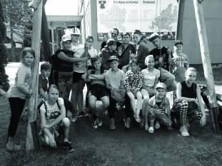 Smagieji Svėdasų mokinukai nusifotografavo ant sūpuoklių miestelio centre.