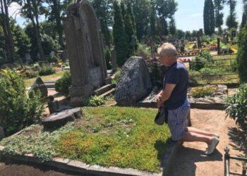"""Kazimieras Jakutis į """"Facebook"""" įsikėlė nuotrauką su parašu, kad klupo prie kapo, o ten kelmas nupjautas: ,,Pasimeldžiau: Viešpatie, sustabdyk mus, nelesk pjauti gyvus medžius."""""""