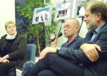 Pokalbį Anykščių bibliotekoje su iš Anykščių kilusiu rašytoju, Nacionalinės premijos laureatu Valdu Papieviu (centre) pradėjo poetė Elvyra Pažemeckaitė. Rašytoją kalbino kultūrininkas Darius Kuolys.