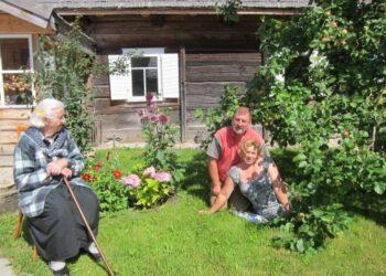 Gera būdavo signatarui Jonui Šimėnui sugrįžti į gimtąjį Papilių kaimą, kai ten laukdavo a.a. mama Stasė Šimėnienė. Nuotraukos iš asmeninio Jono Šimėno albumo