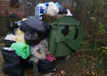 UAB Anykščių komunalinis ūkis direktorius Kazys Šapoka sakė, kad pagal Anykščių rajono savivaldybės patvirtintą grafiką Anykščių rajono kaimuose  atliekų konteineriai yra ištuštinami vieną kartą per mėnesį.