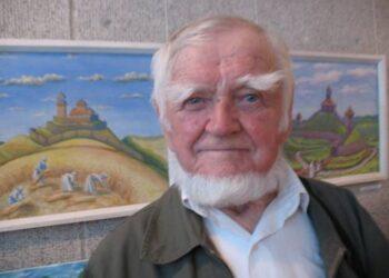 Senasis meistras Stasys Karanauskas paslaptingai šypsosi savo paveikslų parodoje Svėdasų meno galerijoje.