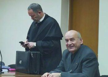 Kaltinamasis Troškūnų klebonas Saulius Filipavičius (dešinėje) teigia, jog Mokesčių inspekcija iš parapijos sąskaitos nuskaičiavo šešis kartus didesnę sumą negu priklausė.