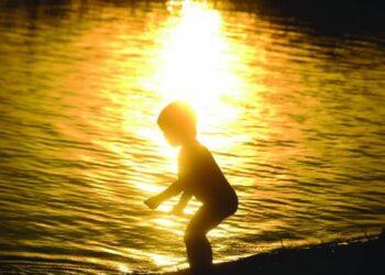 Nuo ateinančių metų pradžios nesaugioje aplinkoje atsidūrę vaikai nebus iš karto atskiriami nuo šeimos.