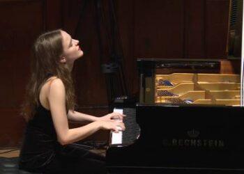 """Pianistė Milda Daunoraitė sakė, jog ateityje pinigus norėtų uždirbti iš rečitalių, o laisvalaikiu muzikos galėtų mokyti talentingus vaikus. """"Noriu pabrėžti - talentingus..."""" - šypsojosi pašnekovė."""