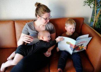 """Danijoje gyvenantys Danguolės Lingienės proanūkiai Felix Jurgis ir Linus su didžiausiu susidomėjimu varto prosenelės parašytą ir jiems dedikuotą knygutę """"Sapnų traukinukas""""."""