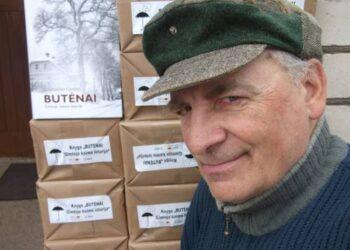 """Knygos autorius Raimondas Guobis prie """"didžiosios knygų sienos""""..."""