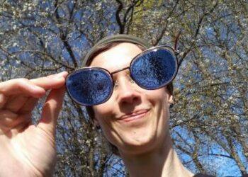 Menininkės Justės Kamarauskaitės žvilgsnis į pasaulį pro pačius kurtus vitražinius akinius...