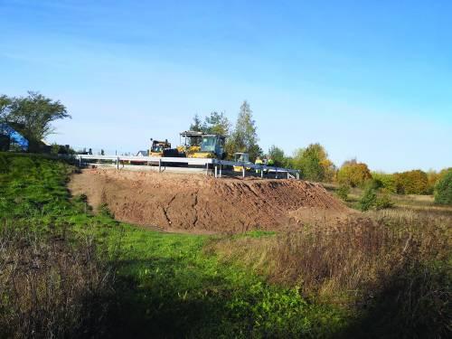 Įrengiant apsisukimo aikštę šiukšliavežėms, Anykščių regioninio parko teritorijoje supiltas dirbtinis pylimas.