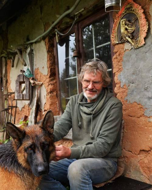 Angelų kūrėjas Valdas Pelegrimas trumpam prisėdo prie savo dirbtuvės.