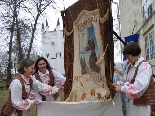 """Džiugiai procesijai ruošiama """"Tretininkų"""" vėliava su Šv. Pranciškaus atvaizdu.         Autoriaus nuotr."""