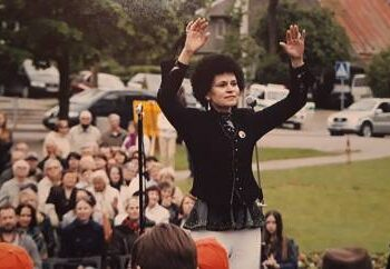 Mokytoja Rita Uturytė diriguoja jungtiniam akordeonistų chorui.