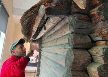 """Projekto """"FIXUS Mobilis"""" specialistas S. Šapranauskas įdėmiai apžiūrėjo A. Baranausko klėtelės stogo konstrukcijas. T. Kontrimavičiaus nuotrauka."""