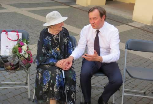 Po ceremonijos VU rektorius prof. Rimvydas Petrauskas kiemelyje prisėdo šnektelti su Eleonora Vincentina Žemaitaitiene. Linos DAPKIENĖS nuotr.