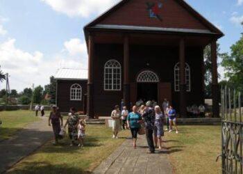 Į Škaplierinės atlaidus susirinko didelis būrys tikinčiųjų. Tituliniai atlaidai vyko su bažnytine procesija. Autorės nuotr.